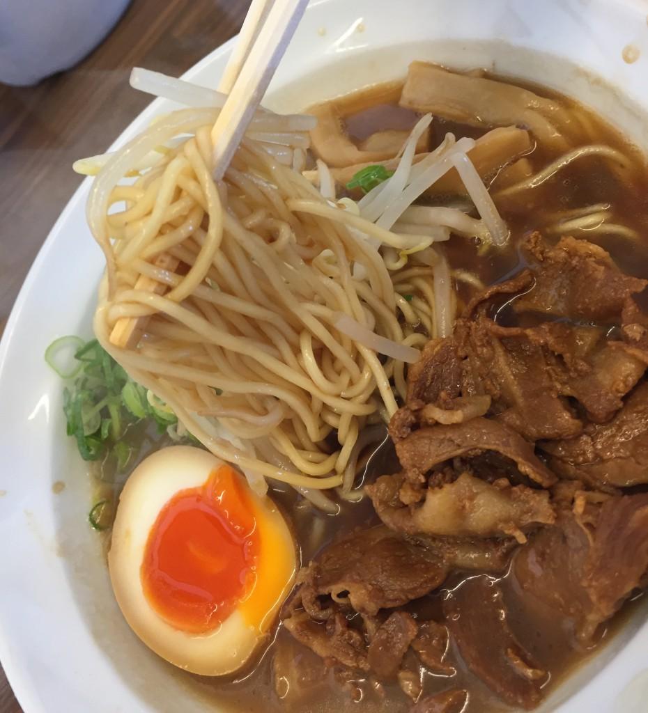 徳島ラーメンらしい甘さが強い豚骨醤油スープベースのスープ