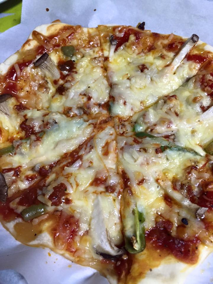 しめじとアンチョビのピザ