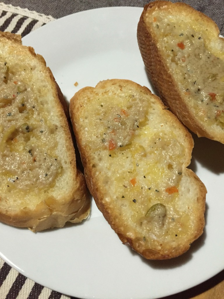 フランスパンにアンチョビバター