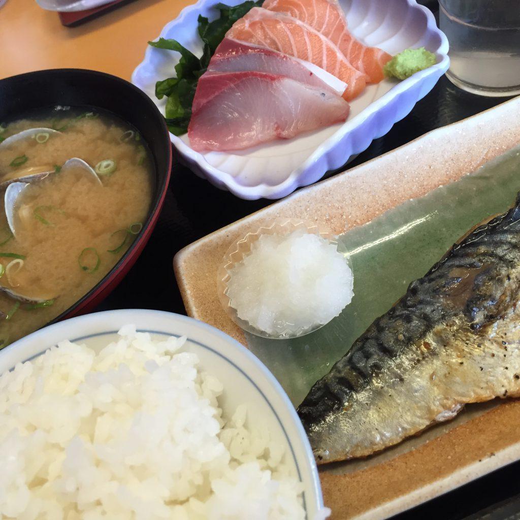 焼きサバ・刺身・味噌汁・ごはん